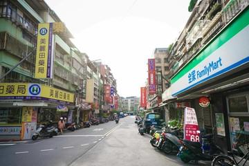 捷運劍潭站大馬路上面寬店面