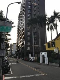 美術館與綠園道旁(走路3分鐘)對面是豪宅區