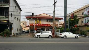 麥當勞旁雙面路俗透天厝
