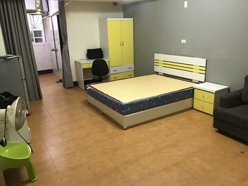 公園路大套房 浴室有開窗 可放沙發 出價就談 月收7500元